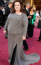 梅丽莎着灰色长裙亮相