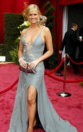 时尚点评:奥斯卡红毯名模海蒂美胸压人(组图)