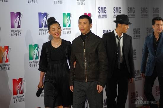 希尔顿获国际时尚人物奖《集结号》首唱主题曲