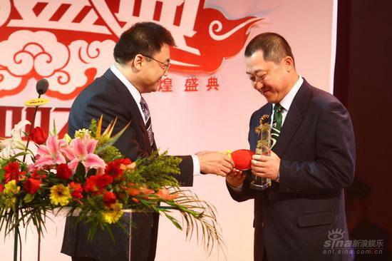 图文:徐荣祥为蒙牛总裁杨文俊颁发年度公益奖