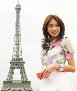 林志玲在巴黎铁塔前留影
