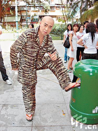 詹瑞文宣传新剧《男人之虎》 啃拖鞋抗通胀(图