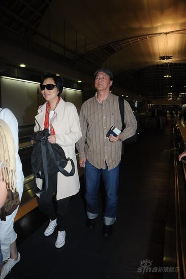 林青霞与狄龙叶童深夜抵达曼谷欲参加婚礼(图)