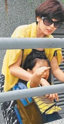 贾静雯学校接女儿摆臭脸梧桐妹机灵叫醒恍神妈