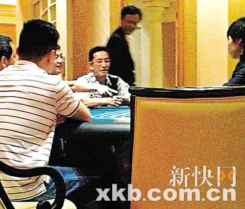 赌桌边的吴启华表情兴奋