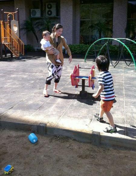 张柏芝与两子公园玩耍