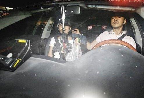 金城武难得被拍与工作人员以外的女伴同车,他惊见镜头一脸讶异,但仍不忘绅士风度作势为同伴挡镜。