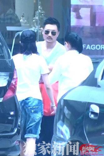刘若英与疑似男友北京亲密逛家具城被拍