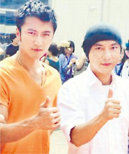 谢霆锋前天(8月8日)于北京出席电视剧《下一个奇��》开机拜神仪式,与同剧演兄弟的张卫健一起合照。