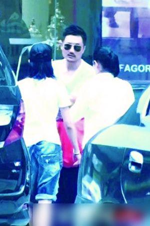 早前有网站拍到刘若英和其男友逛家具城挑选家具,当时刘若英左手无名指的戒指,似乎暗示着好事将近。