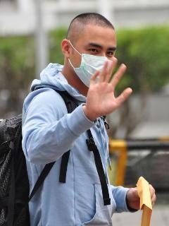 """台湾艺人明道过去11年转学5校,遭质疑藉读书逃兵役。明道于15日终于自行到宜兰金六结营区报到入伍。图片来源:""""中央社"""""""