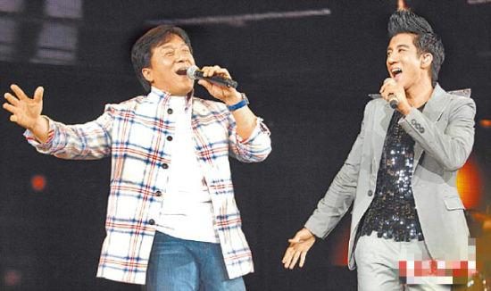 成龙(左)和王力宏交情好,日前特地担任他演唱会嘉宾