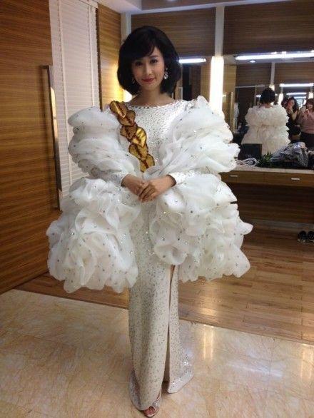 陈法拉白色长裙温婉造型扮邓丽君