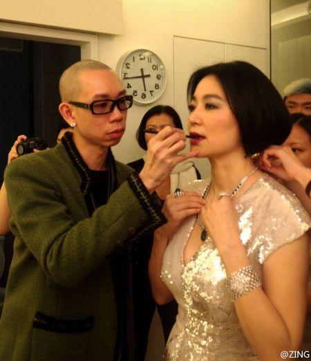 """知名化妆师ZING于10月31日晚晒出林青霞后台化妆照,并称是为""""第一美人出山留倩影""""。"""