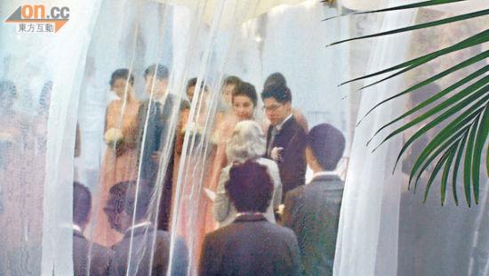 刚晶在亲友见证下签纸,正式成为夫妻。