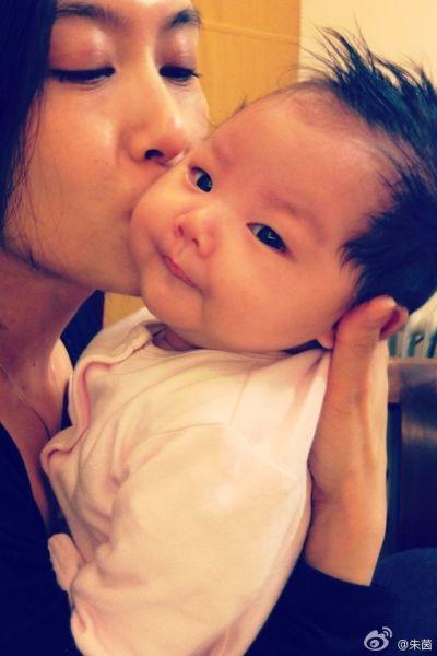 朱茵微博上晒出的亲吻女儿照片