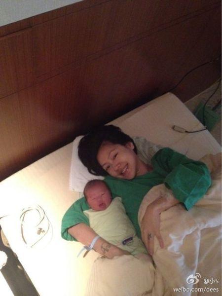 4月5日,小S生下小女儿。