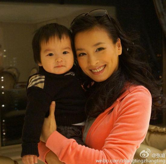 张庭怀抱一岁儿子