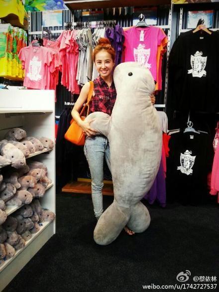 蔡依林抱海豹可爱合影