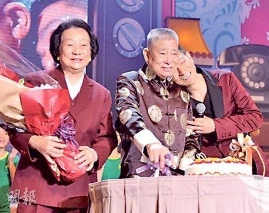 刘爸爸切蛋糕、刘妈妈捧花笑得开心,刘德华像小朋友一样倚在爸爸肩膀很温馨。