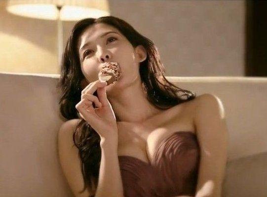 林志玲挺美胸吃冰淇淋