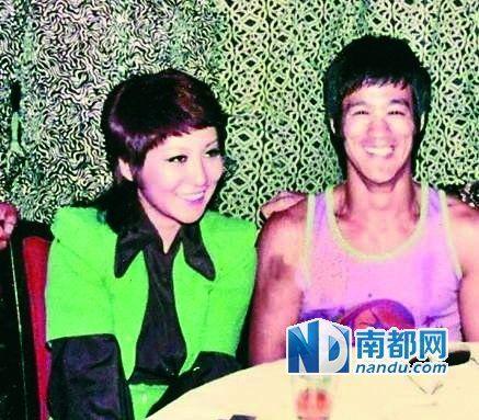 从当时拍到的很多李小龙和丁佩一起的照片中可以看到,她和李小龙的发型是一样的