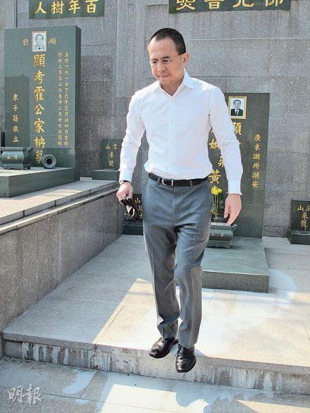 李泽楷昨天(10月28日)独自前往坟场拜祭外公及外婆。
