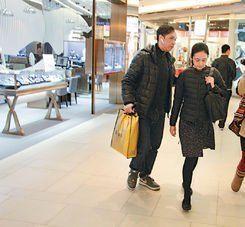朱丽倩外出购物,还专门与保镖调换位置企图躲避记者