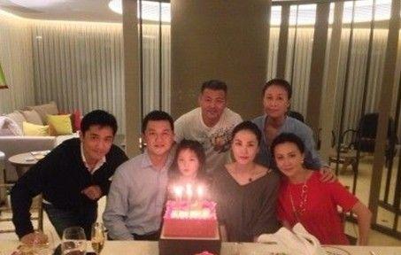 王菲、李亚鹏离婚前为李嫣过生日