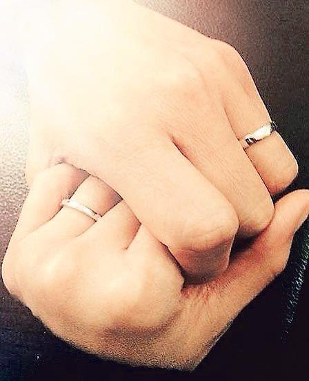 徐若�u昨天(2月19日)在facebook秀出婚戒照片,她跟老公戴着婚戒互握着手