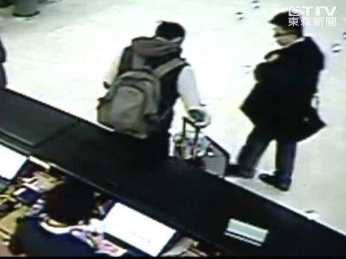 监视器画面显示,遇害的男模穿着黑色背心,和另一名穿着黑外套的男子相约到饭店外拍。