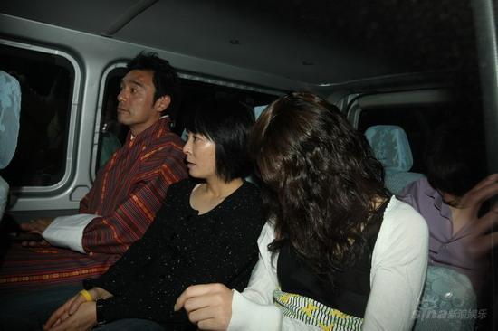 组图:众星结伴逛不丹林青霞胡军参观皇宫
