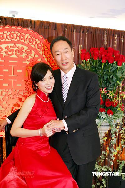 图文:郭台铭曾馨莹订婚宴--两人甜蜜依偎