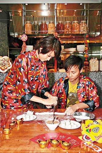 组图:蔡少芬夫妇新婚一周年甜蜜包汤圆