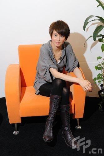 组图:梁咏琪拍写真修长美腿灰色上衣清纯气质