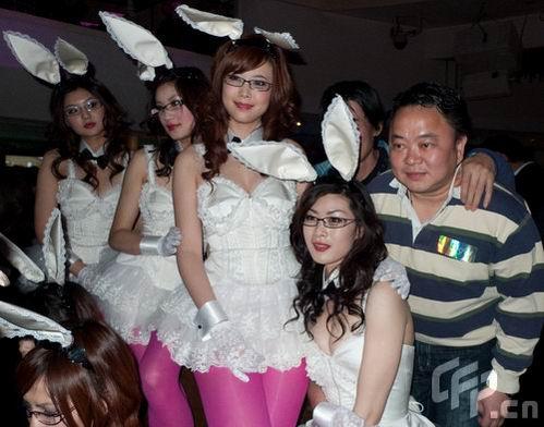 组图:刘嘉玲酒吧生意红火性感中国兔女郎竞艳