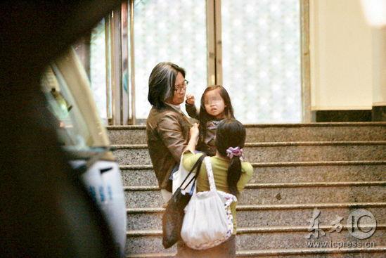 组图:陈可辛携女逛街独缺吴君如女儿当街撒娇