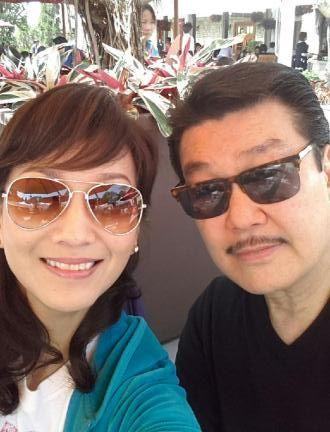 赵雅芝与老公甜蜜逛街