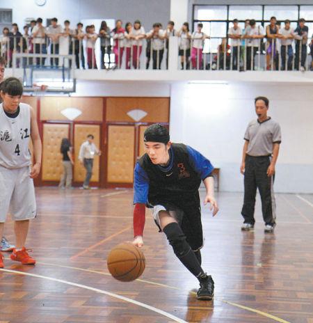 萧敬腾打篮球