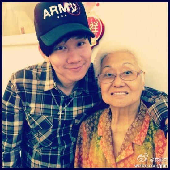 林俊杰与奶奶生前合影