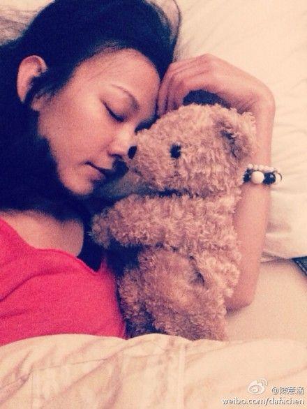 陈意涵晒床照抱小熊温馨入眠