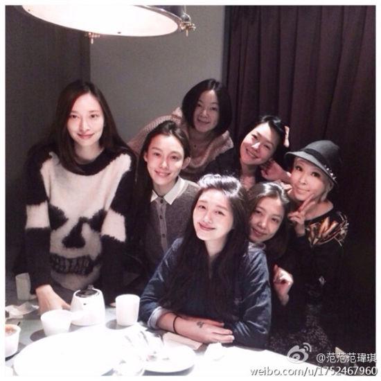 阿雅(后)躲在吴佩慈(前排左起)、范范、大S、小S、S姐和Makiyo后方,巧妙藏住肚子