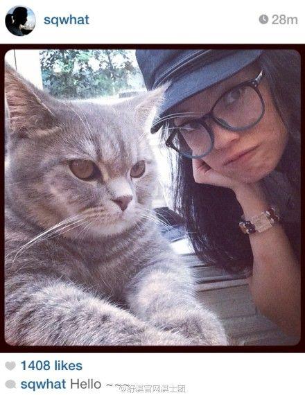 舒淇与猫咪比脸扮可爱