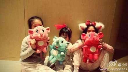 小S三个女儿收到粉丝礼物后开心卖萌