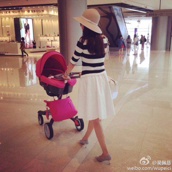 吴佩慈穿高跟鞋短裙推婴儿车