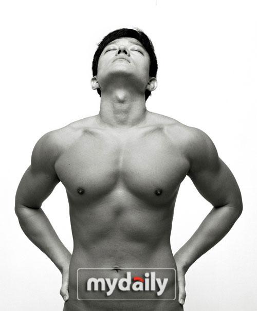 李范秀自曝完美身材秀胸肌接受高强度训练(图)