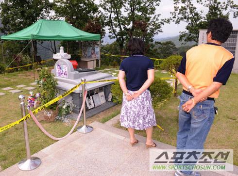 崔真实骨灰盒不翼而飞韩国市民到其墓地哀悼