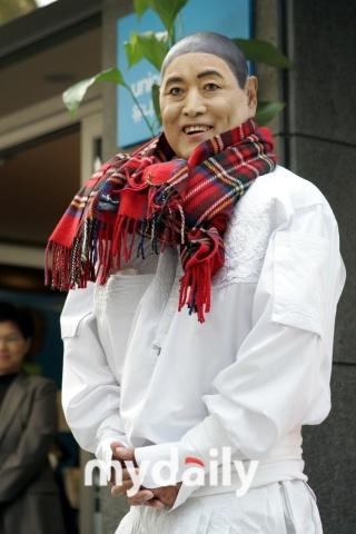 韩国著名服装设计师安德烈-金因癌症并发症去世