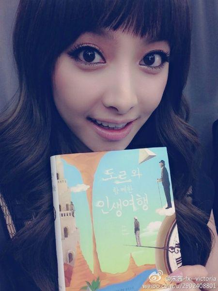 宋茜手捧新收到的韩语书礼物