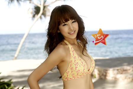 组图:韩国长腿美女韩英印尼海边拍性感写真
